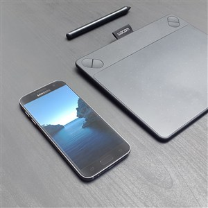 放在桌上的手机PS千图样机