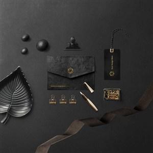 時尚豪華黑色信封吊牌桌面樣機