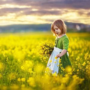油菜花田里的小女孩图片