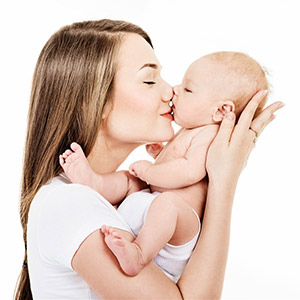 亲吻小宝宝baby的金发美女妈妈图片