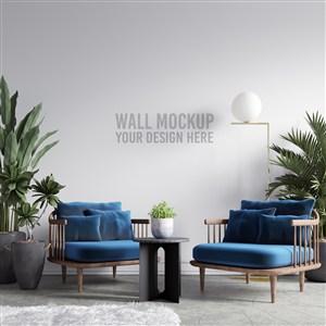 放有家具和綠植的房間里的壁紙樣機