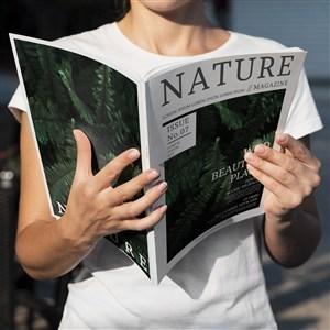 手捧自然雜志樣機模板