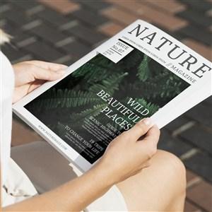 特寫坐著手捧自然雜志樣機