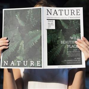 双手捧自然杂志样机