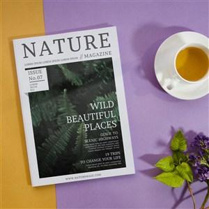 咖啡杯和薰衣草旁的自然雜志樣機