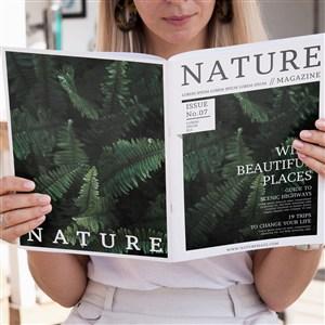 金发女人看着一本自然杂志样机