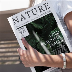 特写手拿着一本自然杂志的样机