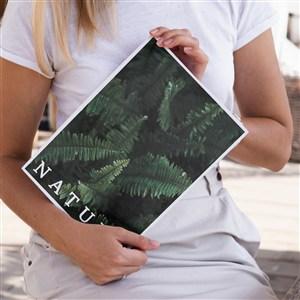 正在被女人展示的自然雜志樣機