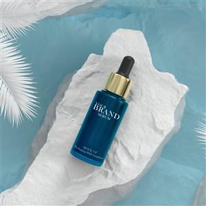 在水藍色背景上的高級護膚品化妝品樣機