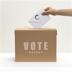 手拿信封投票贴图样机