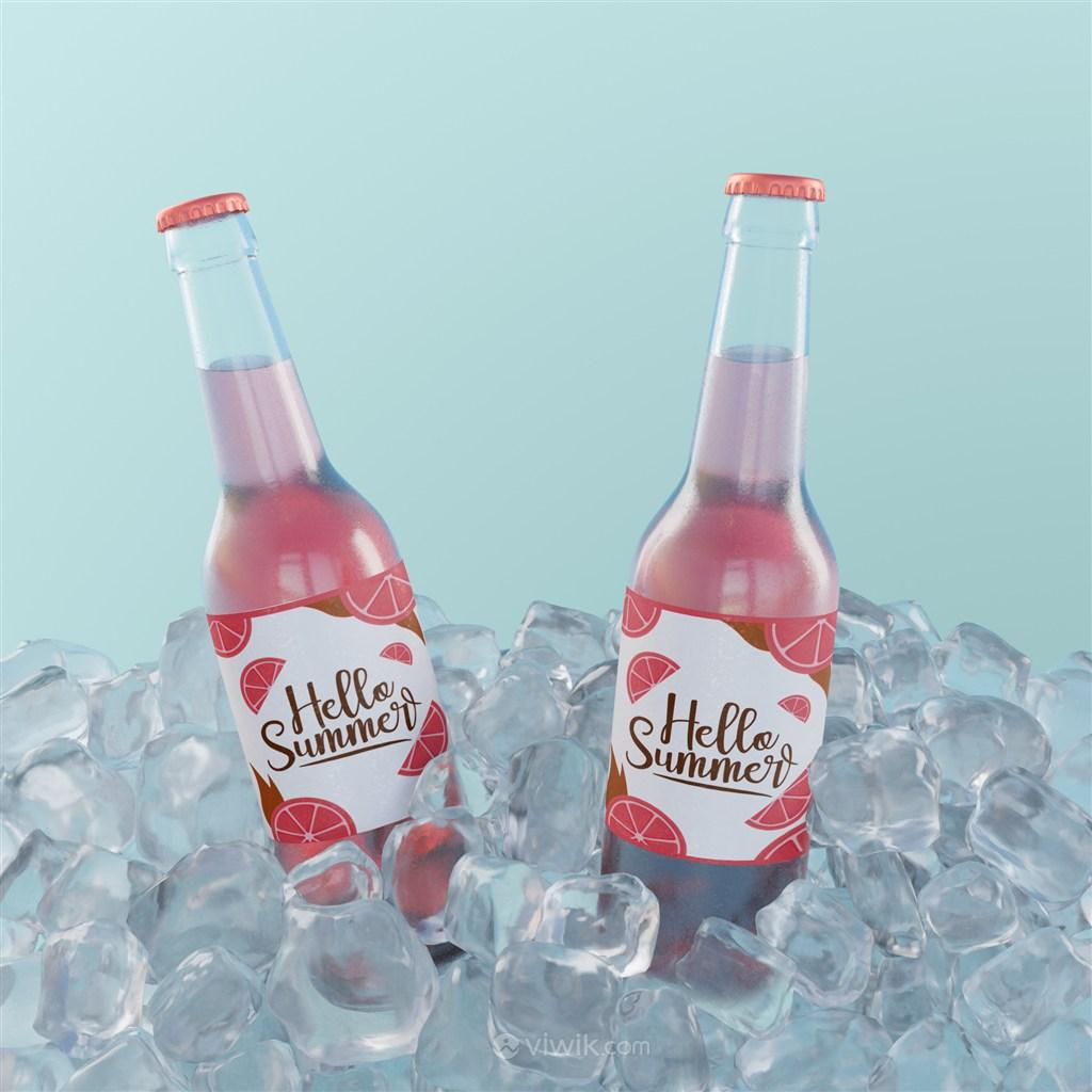 兩瓶在冰塊里的玻璃瓶包裝蘇打水貼圖樣機