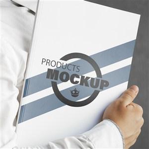 特写手夹着产品画册贴图样机