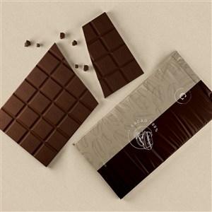 破碎的巧克力旁邊的巧克力包裝貼圖樣機