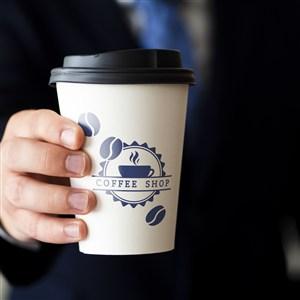 手拿一次性咖啡杯贴图样机