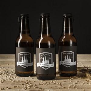 三瓶在木板上的玻璃啤酒瓶貼圖樣機