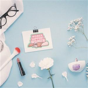 被化妝品包圍的卡片貼圖樣機