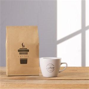 咖啡杯旁邊的牛皮紙咖啡豆包裝袋貼圖樣機