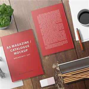 放在木桌上的两张红色宣传单贴图样机