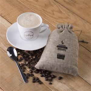 桌面上的咖啡杯布袋貼圖樣機