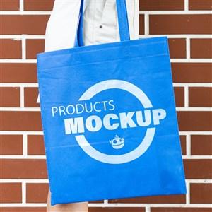 紅墻背景藍色環保袋貼圖樣機