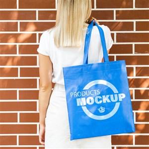 金發女子背著藍色手提袋貼圖樣機