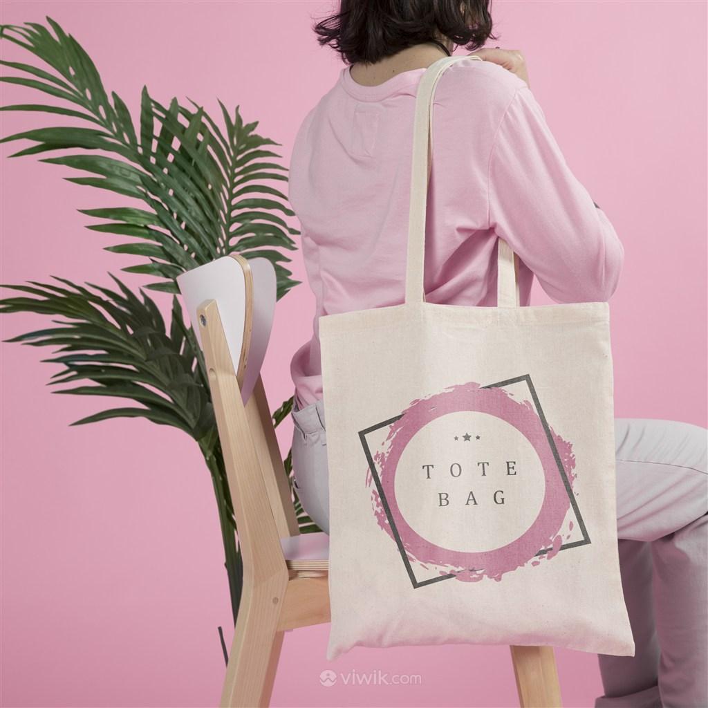 坐在椅子上的女人背著手提袋展示貼圖樣機