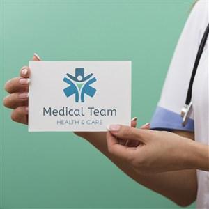 醫護人員手拿硬紙片貼圖樣機