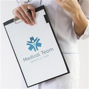 醫護人員手拿A4夾板貼圖樣機