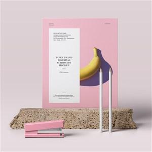 石头上的粉色宣传单贴图样机