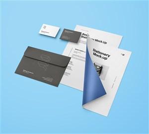 藍色背景上宣傳單信封名片貼圖樣機