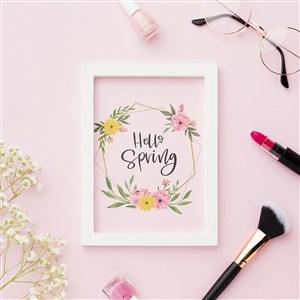 粉色背景上被化妆品包围的相框贴图样机