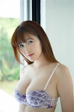 窗户边豪乳mm日本美女制服诱惑图片