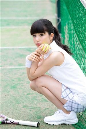 蹲在地上的棒球mm日本美女制服诱惑图片