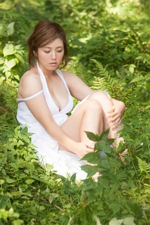 坐在草丛里的丰满美女图片日本嫩模写真