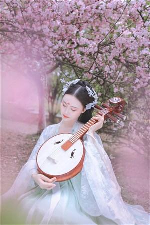 彈琵琶的甜美古裝美女壁紙