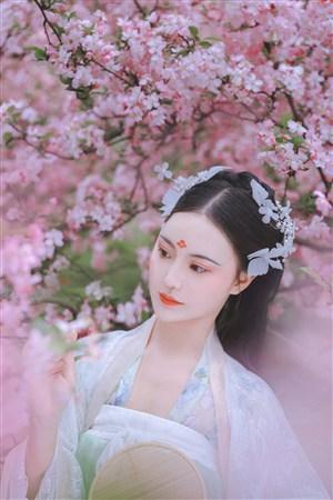 桃林唯美畫境古裝美女壁紙