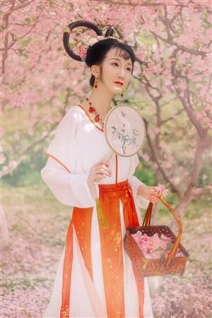 桃花林里古装美女图片