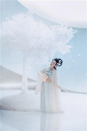 弹琵琶的古装美女图片