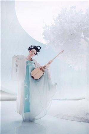 边弹琵琶边跳舞的古装美女图片