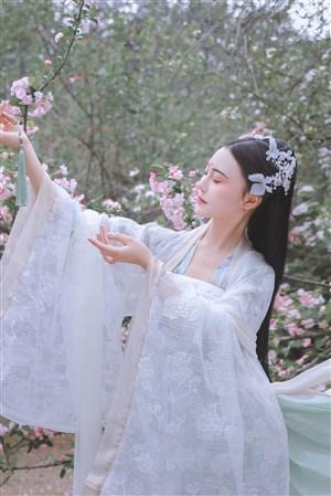 桃花林优雅的古典美女图片