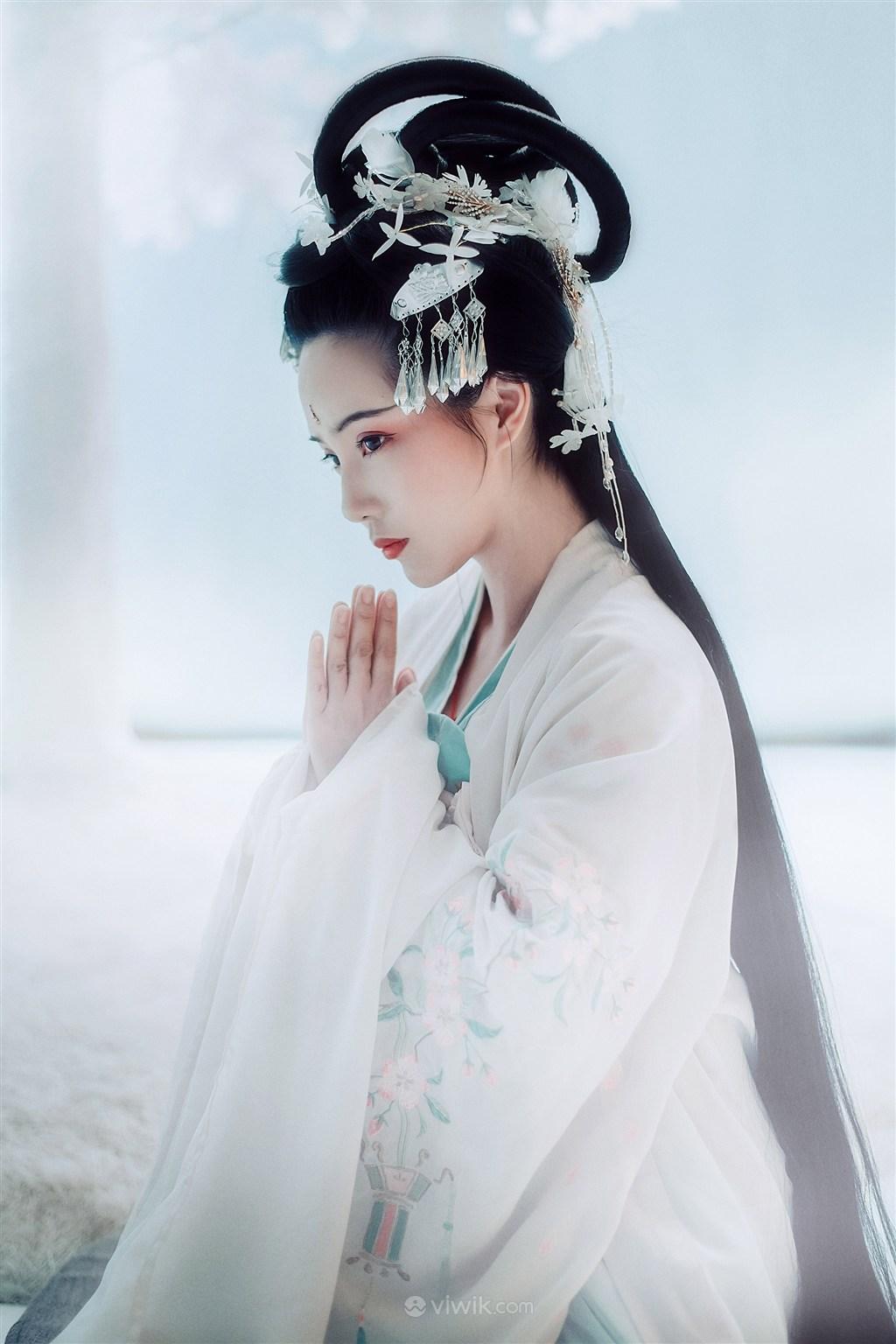 合掌祈祷的古装美女图片