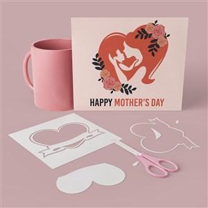 杯子旁边的母亲节卡片贴图样机