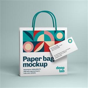 蓝色背景上名片纸袋贴图样机