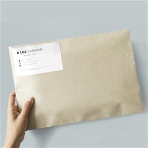 手拿牛皮纸信封文件袋包裹贴图样机