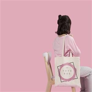 坐在椅子上的女人背着手提袋贴图样机