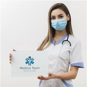 女护士手拿医疗卡贴图样机