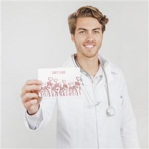 快乐的医生手拿卡片贴图样机