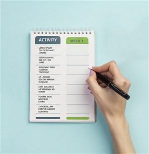 蓝色背景早餐旁边笔记本贴图样机