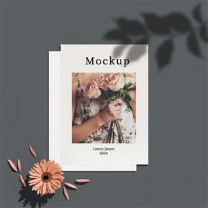有花和阴影的卡片贴图样机