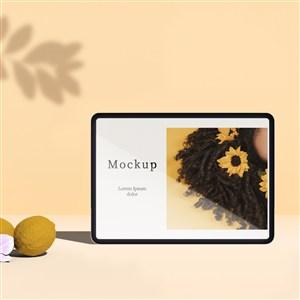 有柠檬和树叶阴影的平板电脑贴图样机